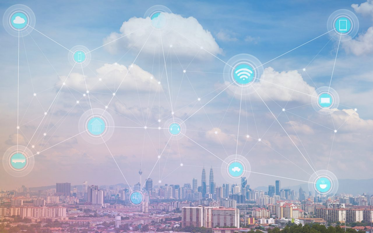 Arvato Systems_Medien und Cloud_City under clouds with virtual strings connecting